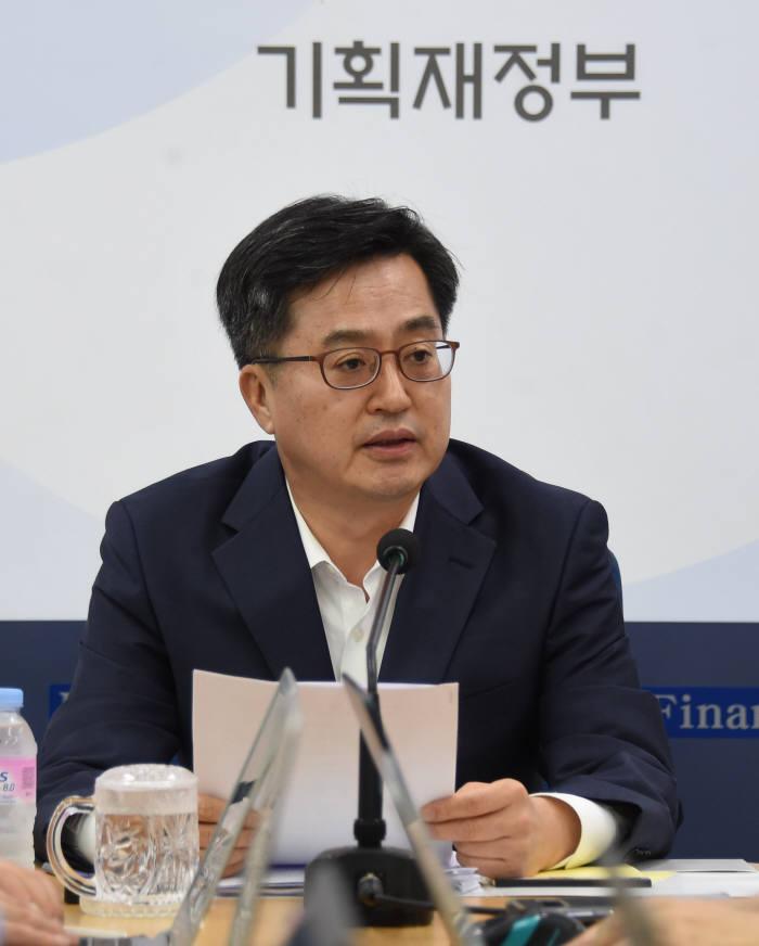 김동연 경제부총리 겸 기획재정부 장관이 기자간담회에서 발언하고 있다.