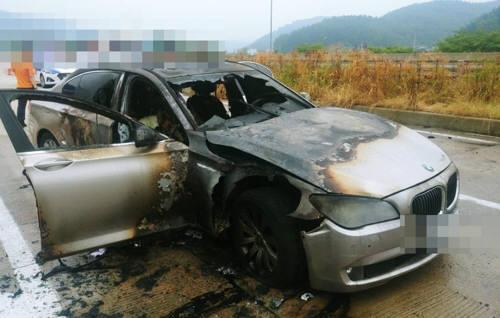 지난 9일 경남 사천시 곤양면 남해고속도로에서 A(44)씨가 몰던 BMW 730Ld 차량에서 불이 났다. (출처=경남지방경찰청)