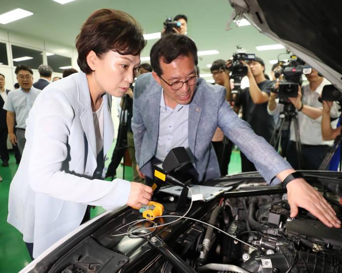 지난 8일 자동차안전연구원을 방문해 BMW 결함 부품을 살펴보는 김현미 국토교통부 장관