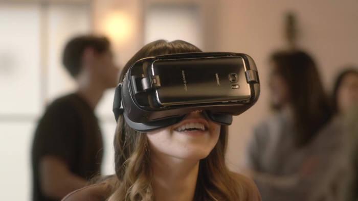 기어 VR은 오큘러스와 삼성전자의 합작으로 개발된 스마트폰 연계형 VR 기기다 [사진=오큘러스 유튜브 채널]