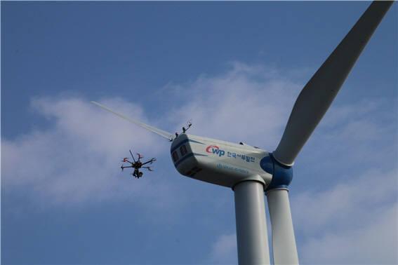 드론을 통해 화순풍력 발전설비를 원격 점검하는 모습.
