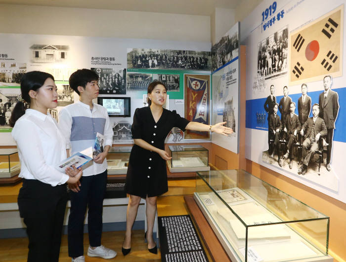 새롭게 문을 연 도산 안창호 기념관에서 관람객이 전시물을 살펴보고 있다(제공: LG하우시스).