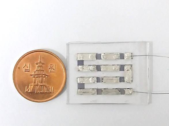 연구팀이 개발한 금 나노입자를 표면에 결합한 판상형 혁린소재. 10원짜리 동전과 비슷한 크기의 이미지.