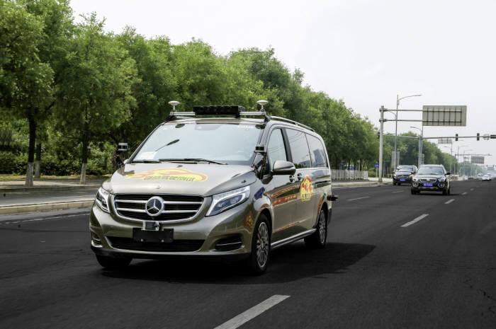 중국 베이징에서 시험 주행 중인 메르세데스-벤츠 V-클래스 자율주행 차량.
