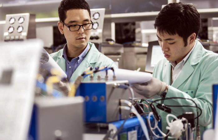 삼성바이오에피스 연구원이 바이오 의약품을 개발하고 있다.