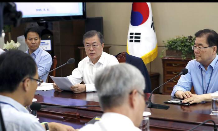 문재인 대통령이 6일 청와대에서 열린 수석·보좌관회의에서 모두 발언을 하고 있다.<사진:청와대>