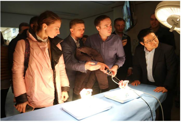 3월 가천대 길병원 의료기기트레이닝센터를 방문한 러시아 바이어가 국산 의료기기를 직접 사용해 보고 있다.(자료: 가천대 길병원 의료기기융합센터)