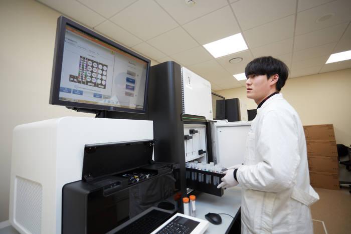 삼성유전체연구소 연구원이 유전체를 분석하고 있다.(자료: 삼성서울병원)