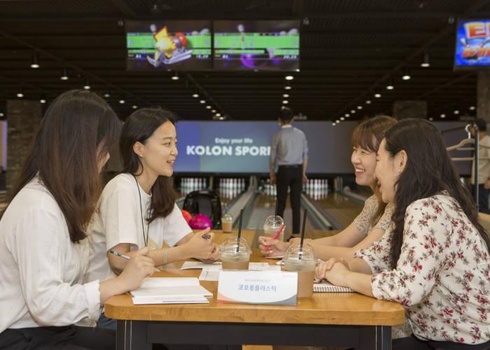 참석자들이 채용 상담과 함께 행사장에 마련된 볼링을 즐기고 있다.
