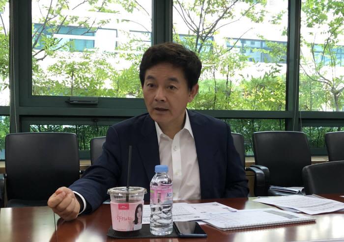 조현정 한국SW산업협회장이 16일 서울 서초동 비트컴퓨터에서 2017년 SW천억클럽에 대해 발표하고 있다.