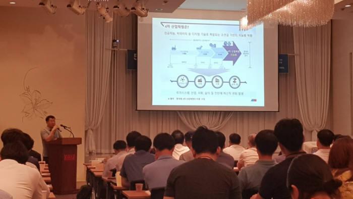 이재학 정보통신기술진흥센터(IITP) 미래통신전파 프로젝트매니저(PM)가 한국방송통신전파진흥원·한국전자파학회 주최 5G 상용화 워크숍에서 기조연설을 하고 있다.
