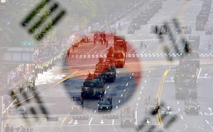 국군의 날 행사모습(태극기와 시가행진 이중촬영). 전자신문사진DB