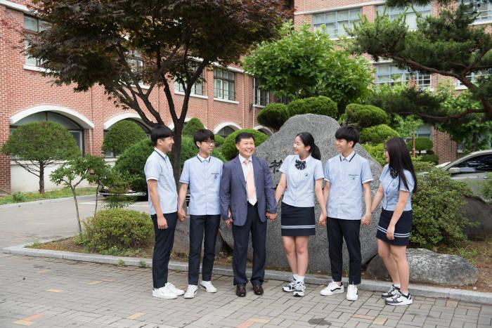 성남금융고등학교는 산학맞춤반, 취업역량강화반 등을 운영하며 창의적 금융 인재를 기른다.
