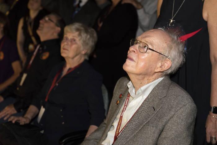 미국 물리학자 유진 파커가 자신의 이름을 딴 태양 탐사선 파커를 실은 로켓 발사 장면을 지켜보고 있다.