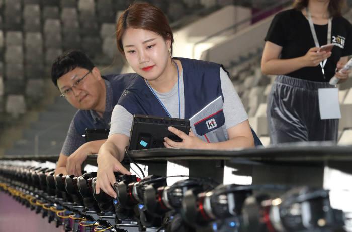 KT가 인도네시아 자카르타 겔로라 봉카르노 경기장에서 프리뷰 카메라를 점검하고 있다.