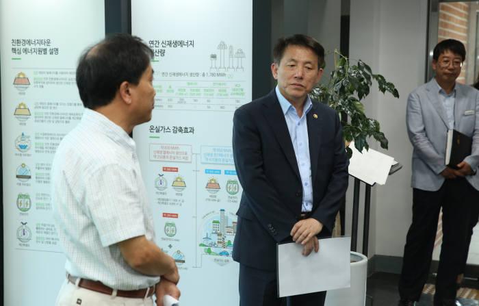 이진규 차관이 17일 진천 친환경에너지타운 홍보관에서 설명을 듣고 있다.