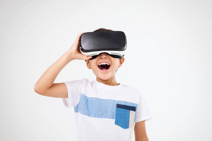 VR HMD를 착용한 소년. 게티이미지뱅크