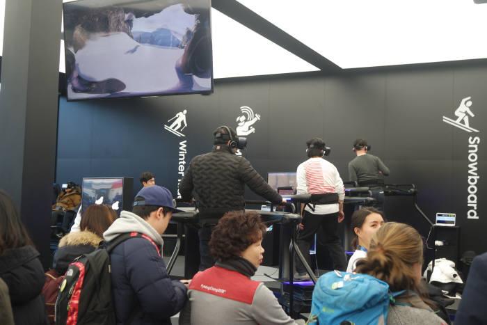 2018 평창동계올림픽 기간 평창 올림픽프라자 내 삼성전자 홍보관을 찾은 사람들이 VR체험을 하고 있다. 박종진기자 truth@