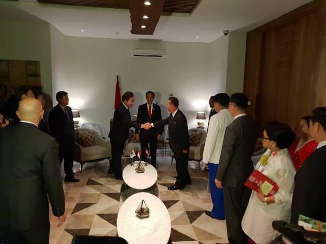 이낙연 국무총리(왼쪽)와 북한 리룡남 내각 부총리(오른쪽)가 18일 오후(현지시간) 조코 위도도 인도네시아 대통령(가운데)과 3자 회담에 앞서 악수하고 있다.