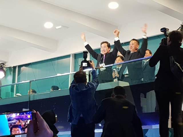 이낙연 국무총리(왼쪽)과 리룡남 북한 내각 부총리가 아시안게임 개막식에서 남북 단일팀을 환영하고 있다.