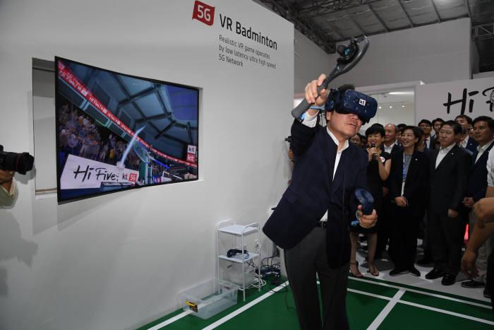 이낙연 국무총리가 19일 자카르타팔렘방 아시안게임 5G 체험관을 방문해 VR 배드민턴 게임을 체험하고 있다.