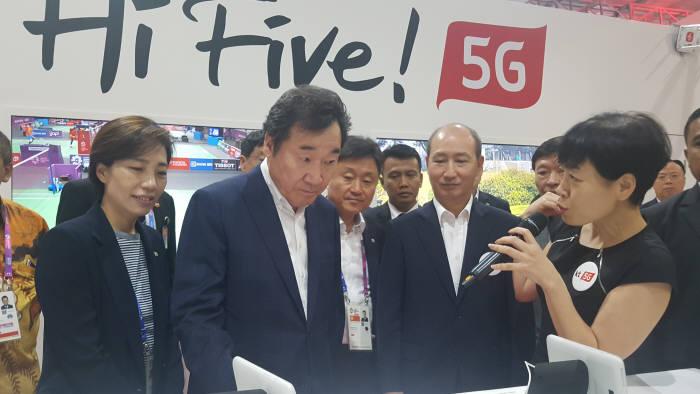이낙연 국무총리가 KT 5G 서비스에 기반한 포인트뷰 서비스를 살펴보고 있다.