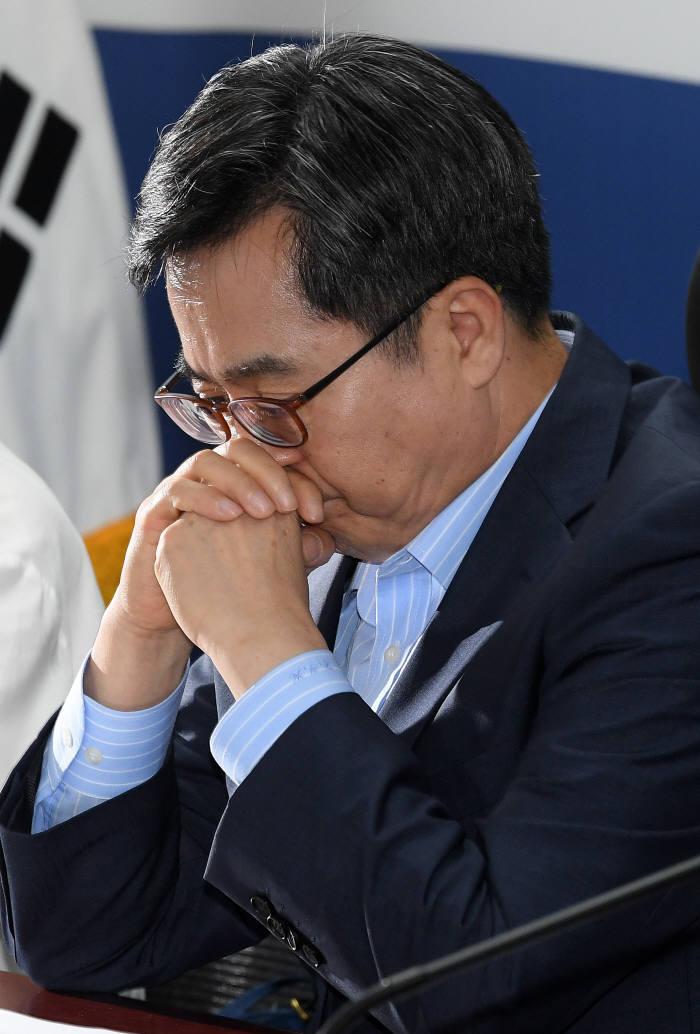 김동연 경제부총리가 19일 고용 쇼크 긴급 당·정·청 회의에 참석해 심각한 표정을 짓고 있다.