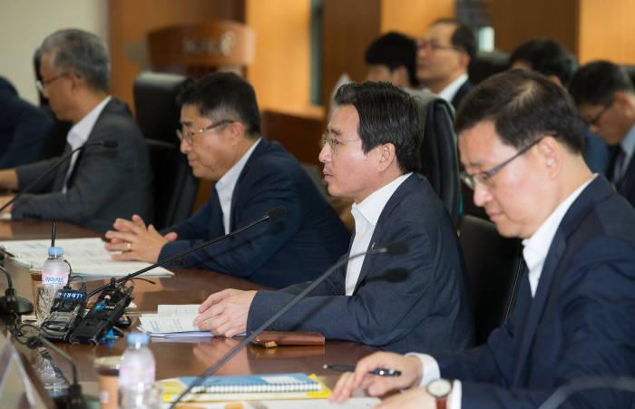 김용범 금융위원회 부위원장(오른쪽 두번째)이 20일 서울 여의도 한국거래소에서 열린 거래소, 금융투자협회, 상장예정법인, 금융투자계 전문가들과 코스닥 시장 점검을 위한 시장 간담회에서 모두발언하고 있다.