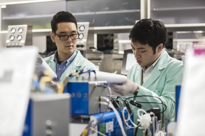 삼성바이오에피스 연구진이 바이오시밀러 개발을 위해 연구 중이다.(자료: 삼성바이오에피스)