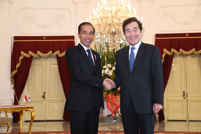 이낙연 국무총리(오른쪽)와 조코 위도도 인도네시아 대통령이 악수하고 있다.