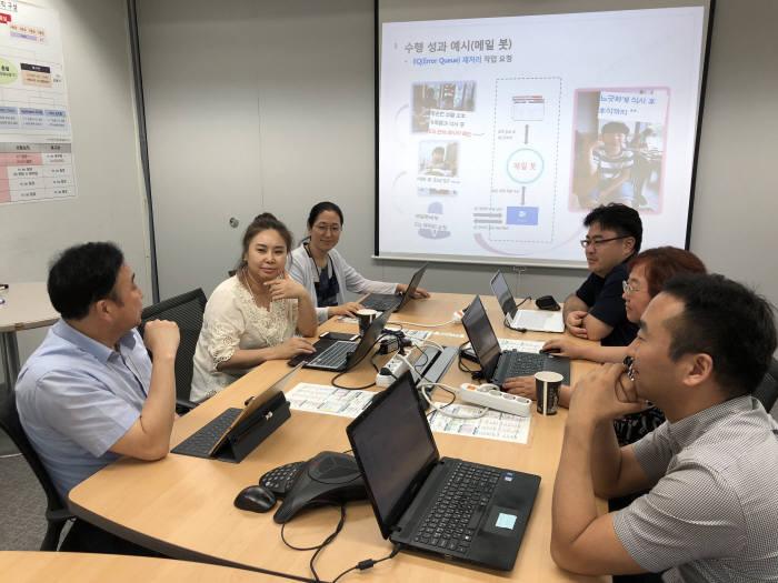 KT 분당사옥에서 양성모 KT DS 고객서비스본부장(좌측 끝)이 직원들과 RPA관련브레스토밍을 하고 있다.