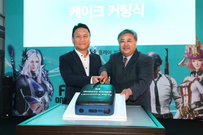 이현석 KT 디바이스 본부장(상무·오른쪽)과 박훈종 삼성전자 영업2그룹 상무.