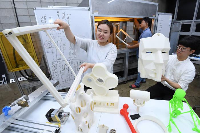 기업 연구원들이 3D프린터로 제작된 시제품을 확인하는 모습. 고용노동부는 국가기술자격 심의위원회를 통해 3D프린터 운용기능사 등 2019년도 과정평가형 국가기술자격 대상 종목 32개를 추가로 선정했다.