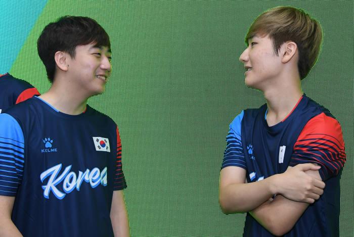 고동빈 선수(왼쪽)와 한왕호 선수가 대화하고 있다.