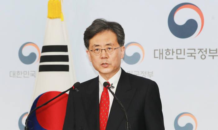 김현종 통상교섭본부장이 26일 정부서울청사에 브리핑을 갖고 한미 FTA 개정 및 철강 관세 면제 협상 결과를 브리핑하고 있다.