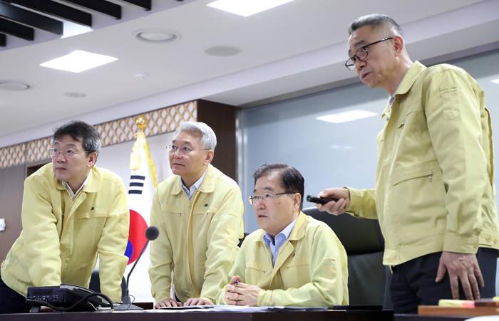 정부는 태풍 솔릭 북상에 국가위기관리체계를 가동했다. 정의용 국가안보실장(왼쪽 세번째)이 국가위기관리센터 상황실에서 태풍 움직임과 정부 대처상황을 점검했다. <사진:청와대>