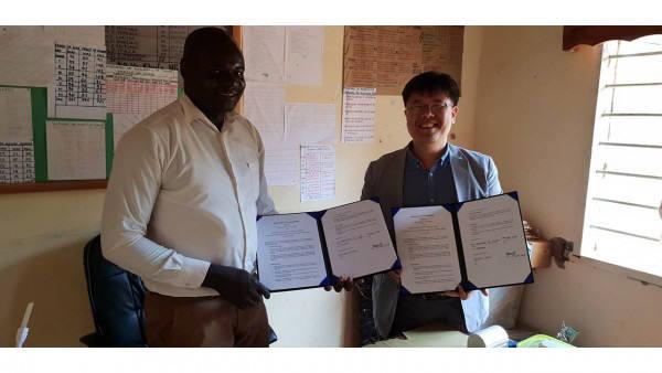 쉐어라이트가 탄자니아 문가노학교와 MOU를 체결했다.<사진 쉐어라이트>