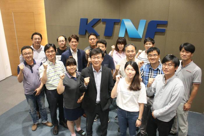 KTNF는 보안 어플라이언스 서버 중심에서 탈피해 범용 서버로 영토를 확장하고 있다. 이중연 대표(앞줄 가운데)와 임직원이 의지를 다지고 있다.