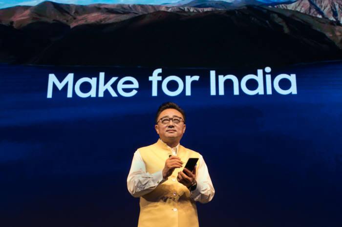 22일(현지시간) 인도 구루가온에서 열린 갤럭시 노트9 출시 행사에서 고동진 삼성전자 IM부문장(사장)이 제품을 소개했다.