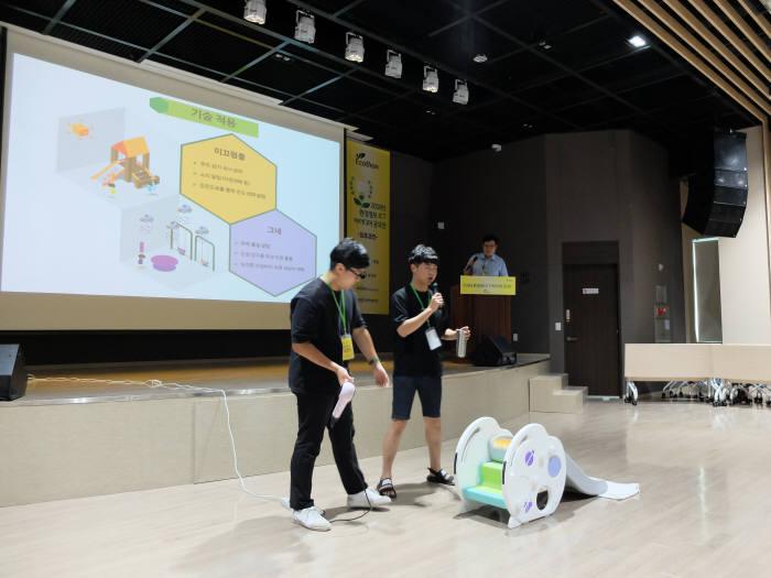 2018 환경정보 ICT 아이디어 공모전에서 에코놀이터로 최우수상을 받은 에코플레이어팀이 최종경연에서 발표했다.