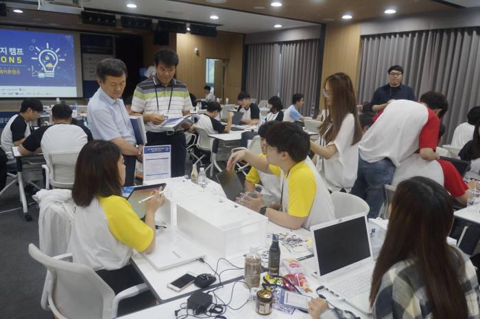 22일 판교 제2테크노밸리에서 네트워크 전문가들이 NET 챌린지 캠프에 참가한 학생팀을 대상으로 평가 및 멘토링을 진행했다.