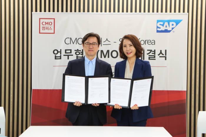 이성열 SAP 코리아 대표(왼쪽)와 최명화 CMO캠퍼스 대표가 MOU 체결식 후 기념촬영 하고있다. SAP코리아 제공