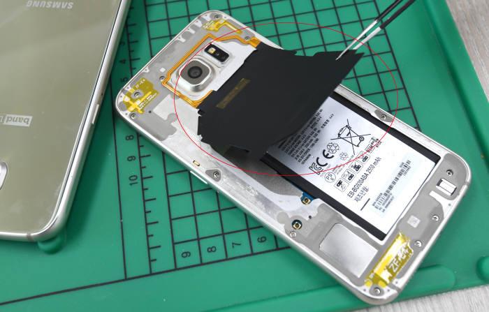 진품의 경우 NFC 안테나가 배터리에 부착돼 있지만, 짝퉁 갤럭시S6는 NFC 안터네와 배터리가 서로 붙어 있지 않았다.김동욱기자 gphoto@etnews.com