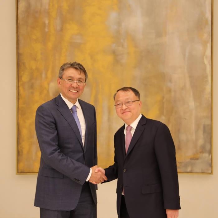 한승희 국세청장(오른쪽)과 아르닥 텡게바예브 카자흐스탄 국세청장.