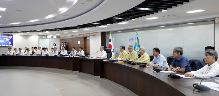 문재인 대통령은 이날 태풍 피해를 최소화하기 위해 국가위기관리센터를 찾았다. <사진:청와대>
