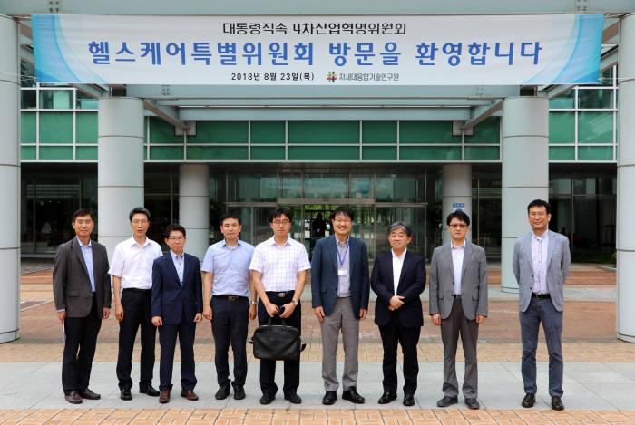 정택동 원장(왼쪽 여섯 번째)과 박웅양 헬스특위 위원장(왼쪽 다섯 번째)이 참석자들과 기념촬영 했다.