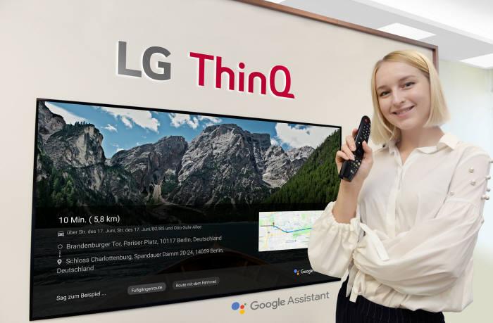 모델이 LG 올레드 TV AI 씽큐에 탑재된 구글 어시스턴트를 이용해 독일 지도 정보를 검색하고 있다.