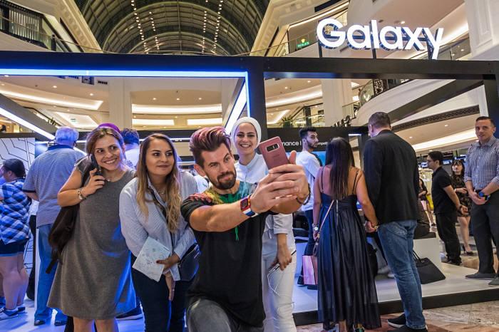 두바이 소비자가 갤럭시노트9을 체험하고 있다.
