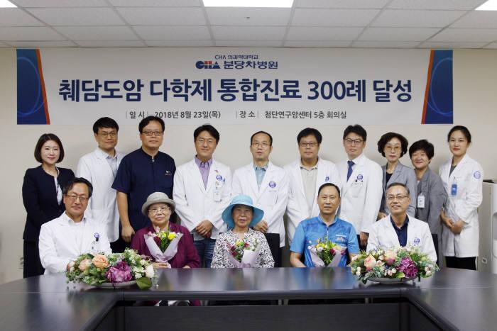 23일 췌담도암 다학제 통합진료 300례 달성을 기념해 의료진과 환자가 기념촬영했다.