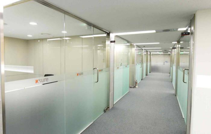 한국무역보험공사 무역라운지 회의실